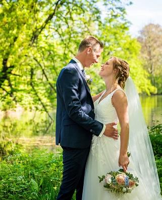 Bruid Krista in haar Stella York trouwjurk